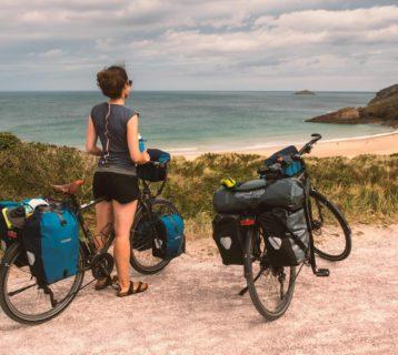 Hélène et mon vélo face à la Manche sur la Vélormaritime